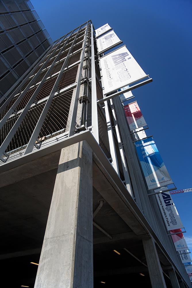 The use of Carl Stahl X-Tend stainless steel mesh on the southern face of the Sydney International Airport Multi-Storey Carpark, represents the first tensile wire mesh façade application in the Southern Hemisphere.