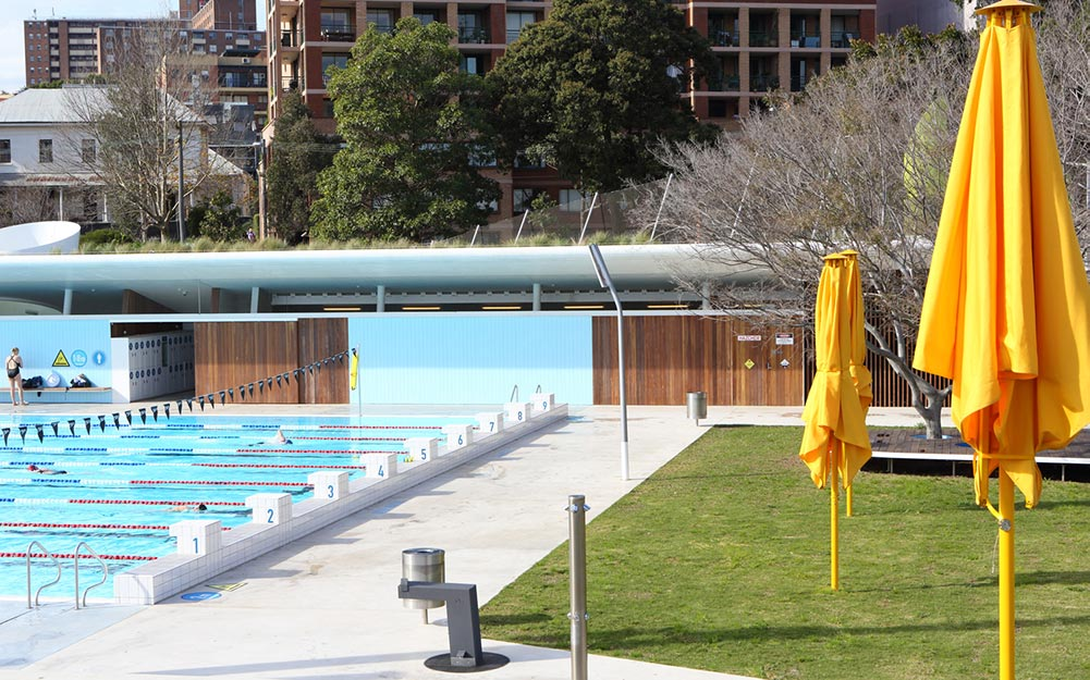 The stainless steel mesh fence of Prince Alfred Park Pool has some very complex geometry, and almost every component was custom-fabricated. A plan view of the pool fence can be perceived as a straightforward boundary fence, but when laid over the site's non-planar geography, it becomes a ribbon-like, freeform structure.