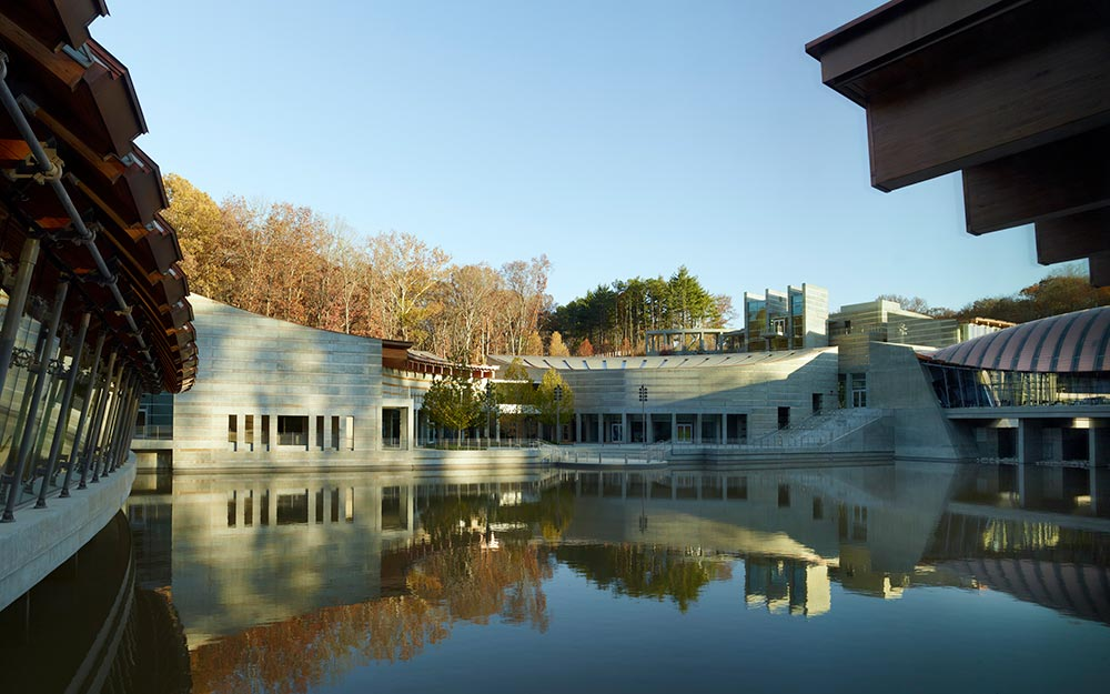 The engineers used bridge technology to create the cable-suspended roof structures of the Crystal Bridges Museum of American Art. To achieve the goal of this unprecedented design, they turned to Ronstan Tensile Architecture.