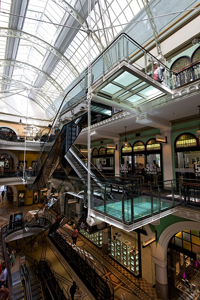 The resulting combination of Ronstan ARS5 bars connected to glass landings that support the mirror clad escalators recede into the background of the viewer ensuring the emphasis is on the 100 year old building